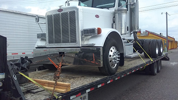 2007 peterbilt daycab transported on a hotshot trailer